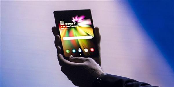 三星可折叠智能手机曝光:后置三摄 预计上半年发布